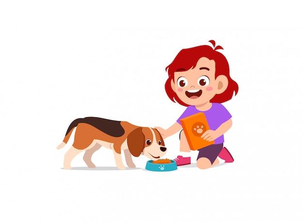 Heureux mignon petit enfant garçon fille jouer avec chien