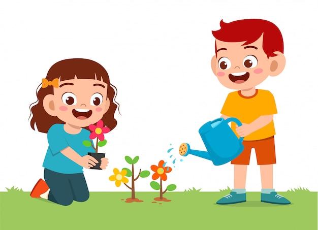 Heureux mignon petit enfant garçon et fille plante fleur