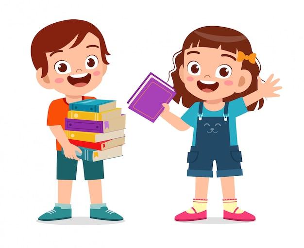 Heureux mignon petit enfant garçon et fille portent une pile de livres
