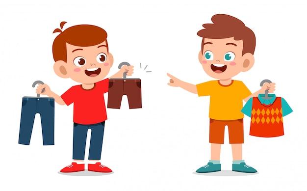 Heureux mignon petit garçon enfant choisir des vêtements
