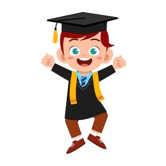 Heureux mignon petit garçon enfant diplômé de l'école