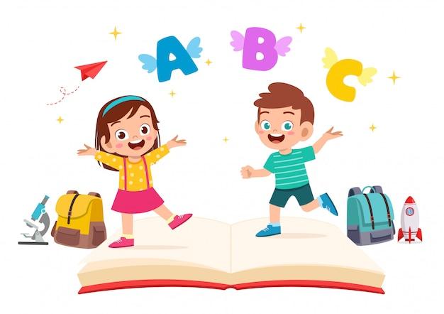 Heureux mignon petit garçon enfant et fille avec livre et lettre