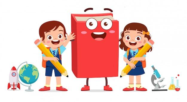 Heureux mignon petit garçon enfant et fille avec mascotte de livre