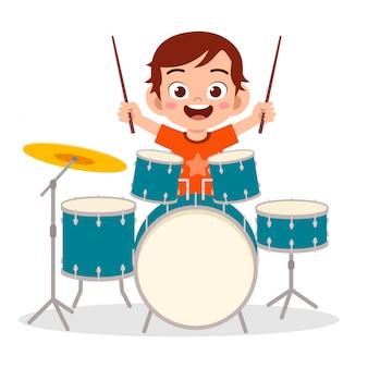 Heureux mignon petit garçon enfant jouant du tambour