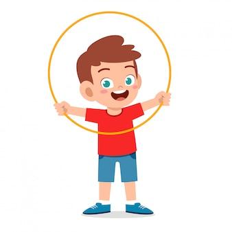 Heureux mignon petit garçon enfant jouer hula hoop