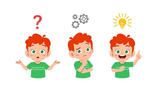 Heureux mignon petit garçon enfant pensant et recherchant le processus d'idée