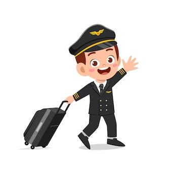 Heureux mignon petit garçon enfant portant l'uniforme de pilote