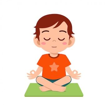 Heureux mignon petit garçon enfant pratique le yoga