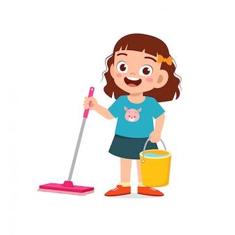 Heureux mignon petit garçon et fille font des tâches de nettoyage du sol