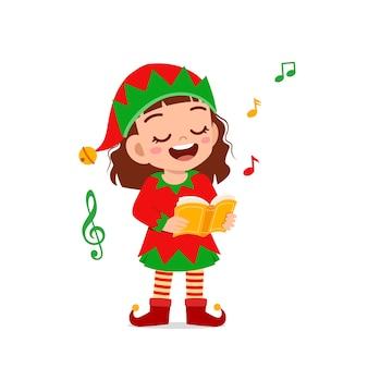 Heureux mignon petit garçon et fille portant un costume de noël elfe vert et chanter une chanson