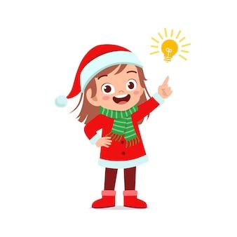 Heureux mignon petit garçon et fille portant le costume de noël rouge et la pensée