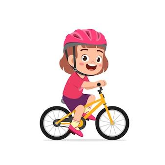Heureux mignon petit garçon fille vélo