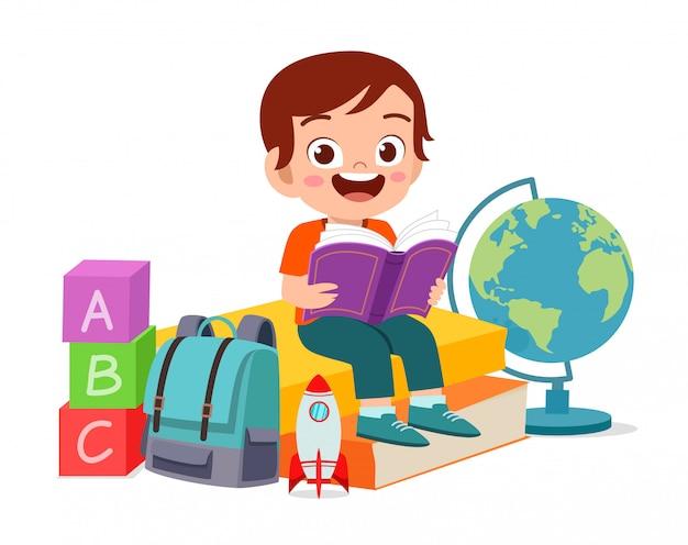 Heureux mignon petit garçon intelligent lire livre