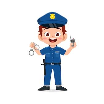 Heureux mignon petit garçon portant l'uniforme de la police