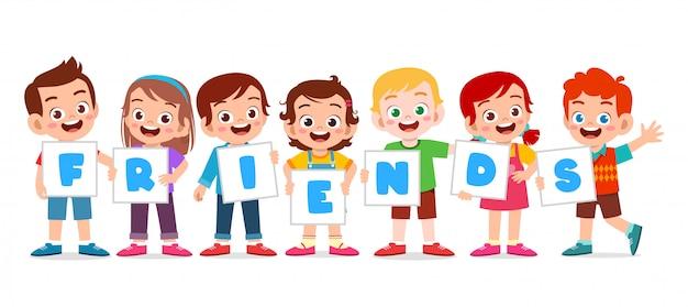 Heureux mignons enfants garçon et fille amis ensemble