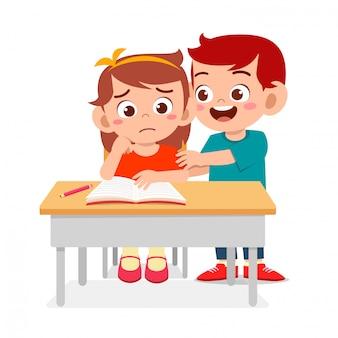 Heureux mignons petits enfants garçon et fille étudient ensemble