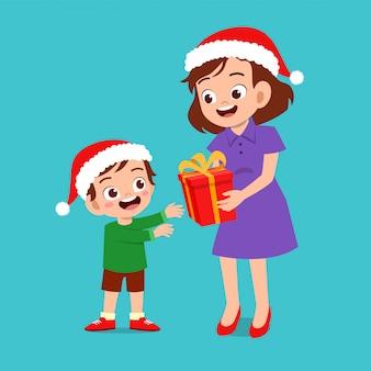 Heureux parent donner cadeau à kid noël