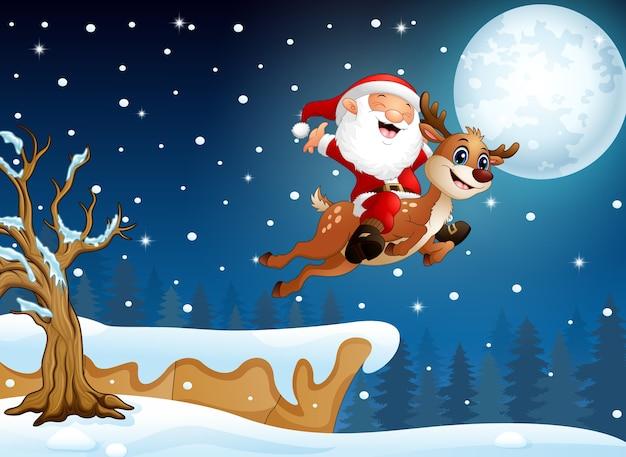 Heureux père noël chevauchant un renne sur la neige en descente