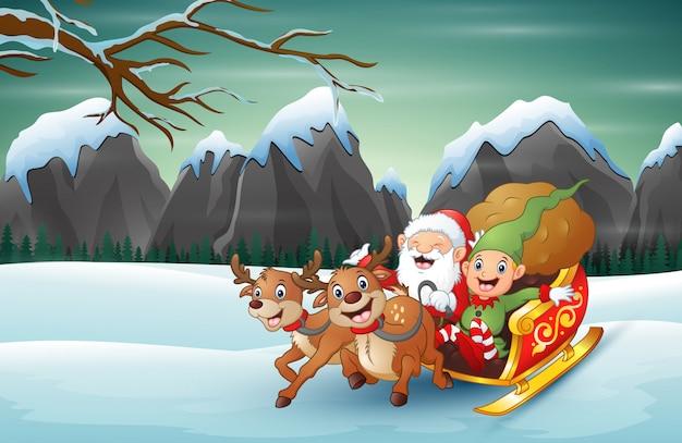 Heureux père noël et elfe chevauchant son traîneau dans la neige d'hiver