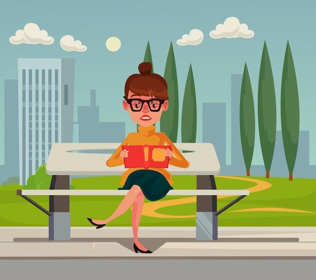 Heureux personnage de femme souriante assis sur un banc dans le parc et livre de lecture. illustration de concept de design graphique dessin animé plat