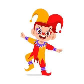 Heureux petit enfant mignon célébrer halloween porte un costume de clown