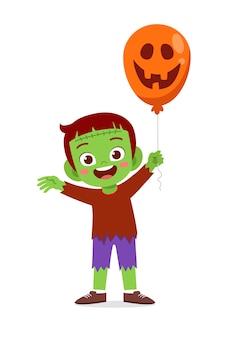 Heureux petit enfant mignon célébrer halloween porte un costume de monstre frankenstein