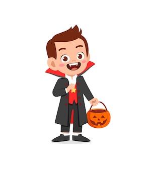 Heureux petit enfant mignon célébrer halloween porte un costume de vampire dracula avec cape