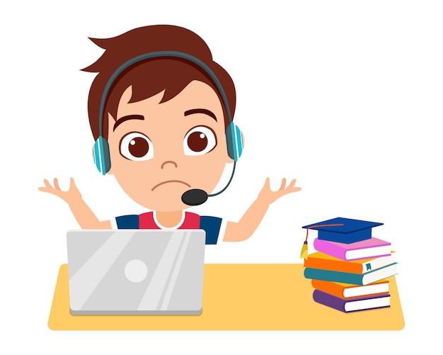 Heureux petit enfant mignon faire l'école à domicile avec ordinateur portable se connecter à internet étude elearning et cours isolé sur fond blanc avec des livres et un casque et en agitant