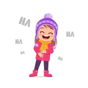 Heureux petit enfant mignon jouer et porter une veste en hiver