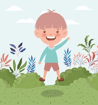 Heureux petit garçon dans le paysage