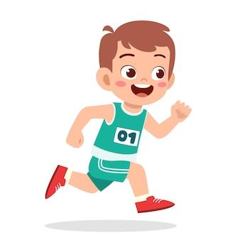 Heureux petit garçon mignon courir dans le jeu de marathon