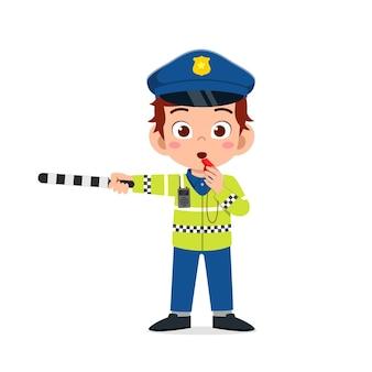 Heureux petit garçon mignon portant l'uniforme de la police et gérer le trafic