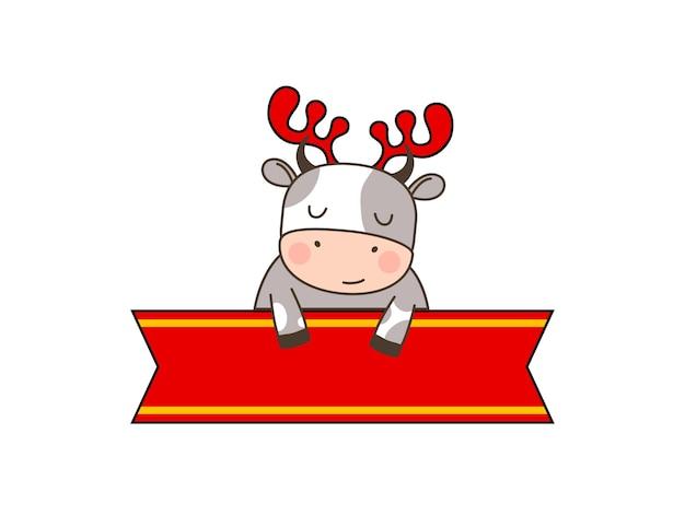 Heureux petit taureau mignon en bandeau de cerf assis derrière le ruban rouge
