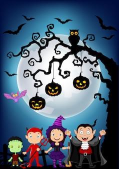 Heureux petits enfants avec hanging halloween citrouille arbre