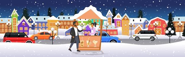 Homme, achat, vin chaud, dans, étal de boissons chaudes, à, femme, vendeur, marché noël, hiver, juste, concept, joyeux noël, vacances, paysage urbain, pleine longueur, croquis, horizontal, vecteur, illustration