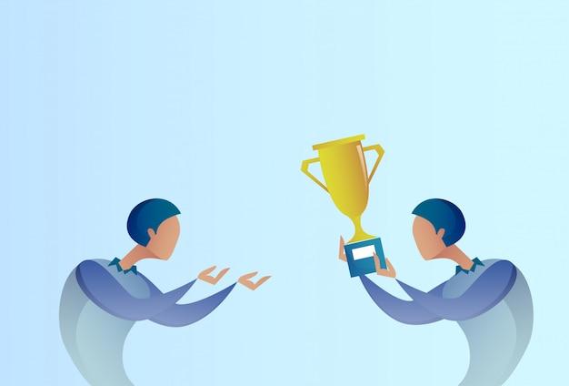Homme d'affaires abstrait donnant le prix de la coupe d'or au gagnant, concept de réussite