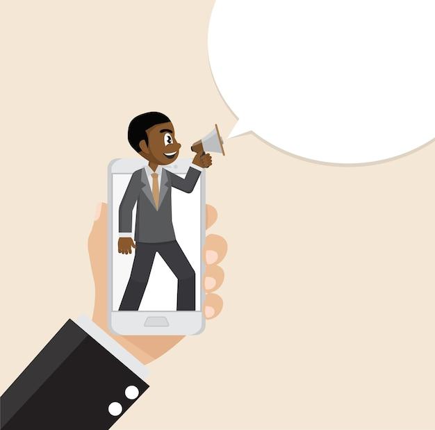 Homme d'affaires africain criant haut parleur dans le smartphone.