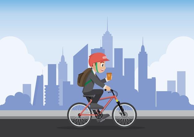 Homme d'affaires à l'aide de vélo va travailler avec le fond de la ville.