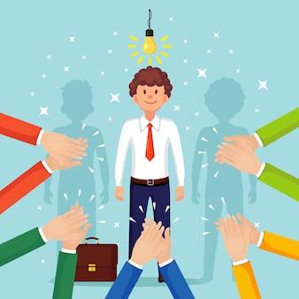 Homme d'affaires avec ampoule. idée créative, technologie d'innovation, solutions géniales. clap des mains, applaudissements. bon avis, retour positif. félicitez avec succès