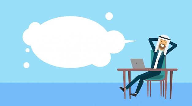 Homme d'affaires arabe assis au bureau tenir la bulle de tête homme d'affaires café pause concept bannière