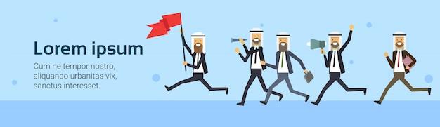 Homme d'affaires arabe courir drapeau rouge équipe groupe fond entreprise succès concept défi risque
