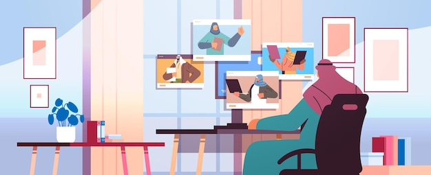 Homme d'affaires arabe discutant avec des collègues dans des fenêtres de navigateur web lors d'une conférence virtuelle par appel vidéo