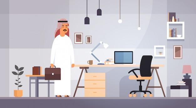 Homme d'affaires arabe entrepreneur au bureau moderne
