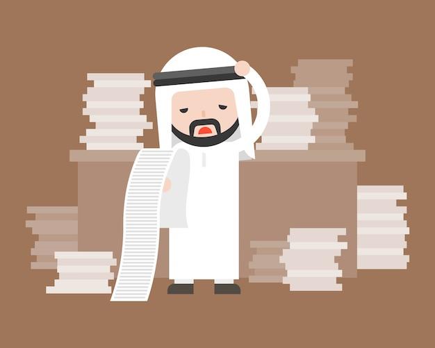 Homme d'affaires arabe mignon stress et pile de document