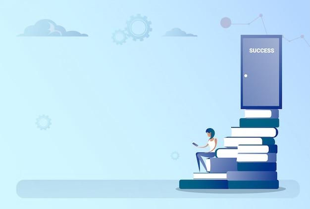 Homme d'affaires assis livres stack stairs au concept de croissance de porte de succès