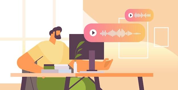 Homme d'affaires au lieu de travail communiquer dans la messagerie instantanée par messages vocaux application de chat audio médias sociaux communication en ligne concept illustration vectorielle horizontale