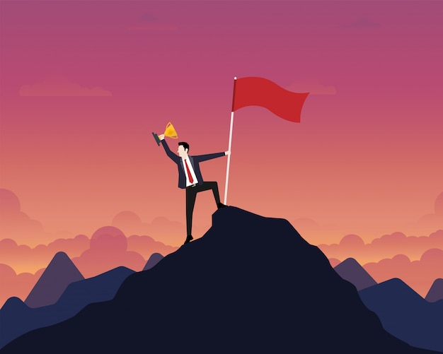 Homme d'affaires brandissant une coupe du trophée d'or avec le drapeau du succès au sommet de la montagne