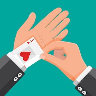 L'homme d'affaires cache des cartes à jouer d'as dans sa manche