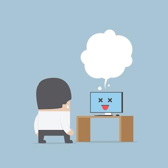 Homme d'affaires confus avec l'ordinateur d'erreur