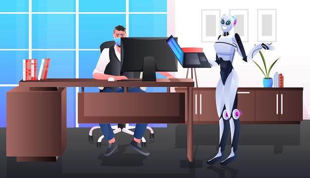 Homme d'affaires dans le masque et le robot travaillant ensemble l'intérieur du bureau de concept de travail d'équipe d'intelligence artificielle